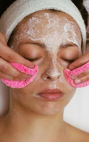 Hacerse la limpieza del rostro.
