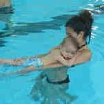 La natación infantil es importante para el desarrollo del niño.