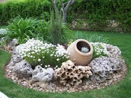 Coloca algunas vasijas vacías en tu jardín.