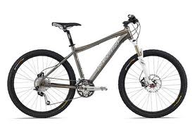 Bicicleta de aluminio. Bicicleta de fibra de carbono.